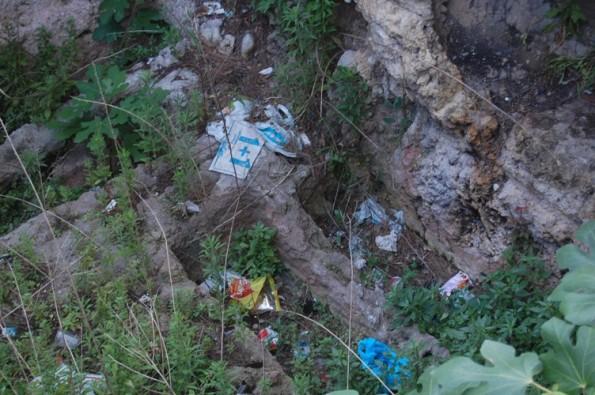 Cagliari, Bonaria, tombe romane, rifiuti