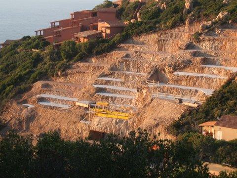 Costa Paradiso, cantiere edilizio in fortissima pendenza