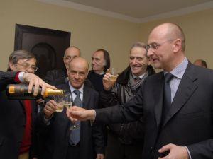 Gualtiero Cualbu (gruppo Iniziative Coimpresa) versa lo spumante al neo Presidente della Regione autonoma della Sardegna Ugo Cappellacci  il giorno della vittoria elettorale