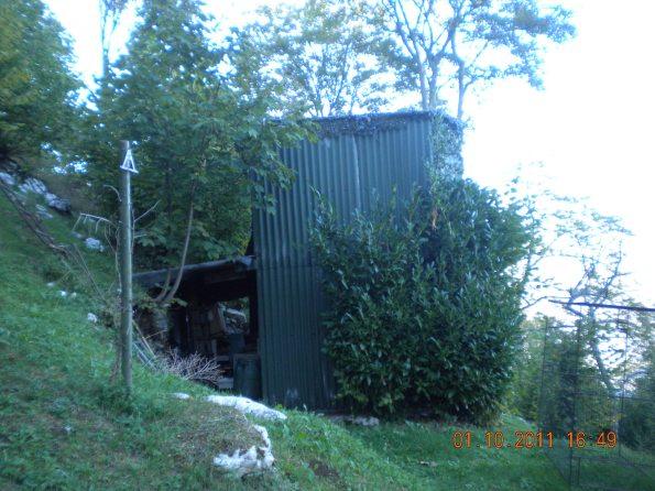 Valdagno, Contrada Zovo di Novale, struttura in lamiera e legno a fini venatori