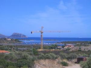 Gallura, cantiere edile sulla costa