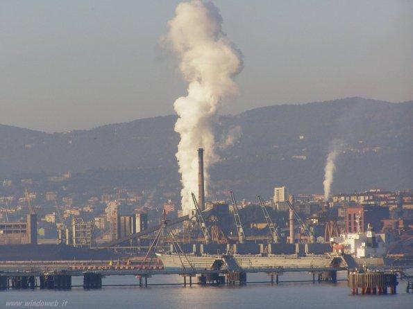 """Trieste, la """"ferriera"""" di Servola dal mare"""