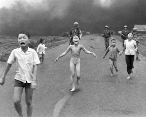 Vietnam, Trang Bang, Kim Phuc e altri bambini in fuga dal napalm, 1972