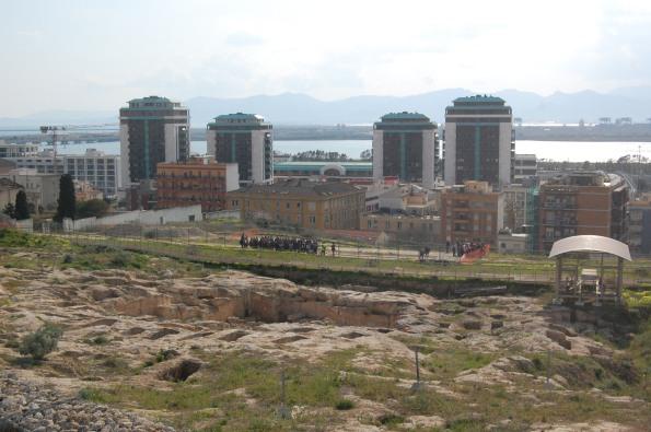 """Cagliari, Tuvixeddu, area archeologica (tombe puniche). Sullo sfondo le """"torri"""" del complesso Immobiliareuropea s.p.a."""