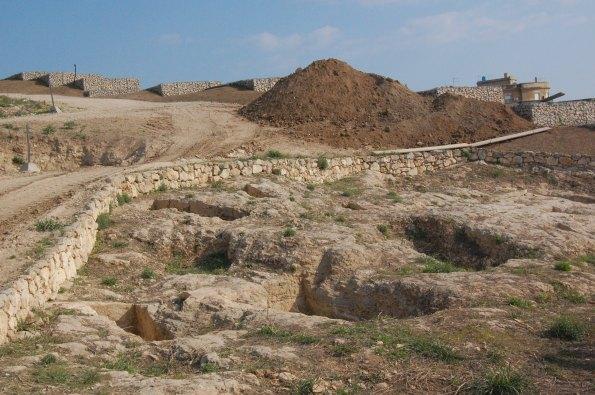 """Cagliari, Tuvixeddu, area archeologica, """"gabbionate"""" incombenti sulle tombe (oggetto di procedimento penale)"""