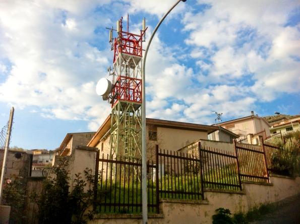 Bolotana, Via Fermi, traliccio con ripetitori telefonici