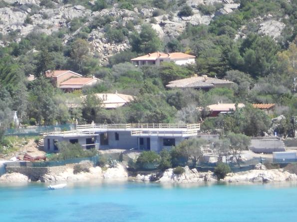 San Teodoro, Cala Girgolu, villa sul mare ampliata grazie alla legge regionale n. 4/2009
