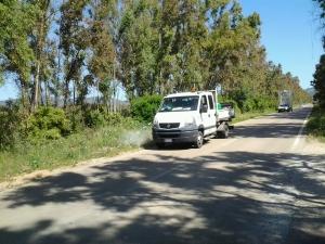 Sassari, presso il Lago Baratz, irrorazione diserbanti sulle cunette stradali