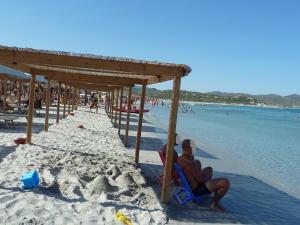 Villasimius, Porto Giunco, attrezzature balneari sulla battigia (10 agosto 2012)