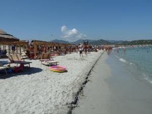 Villasimius, Porto Giunco, attrezzature balneari sulla spiaggia (20 agosto 2012)