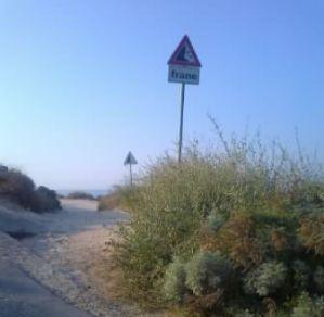 """Cagliari, litorale Cala Mosca, cartelli """"pericolo frane"""""""