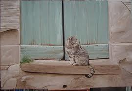 portone verde con gatto