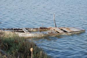 Cagliari, Stagno di Capoterra, barca semiaffondata
