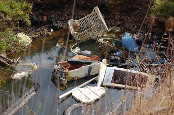 Cagliari, Stagno di Capoterra, scarico illecito di rifiuti vari