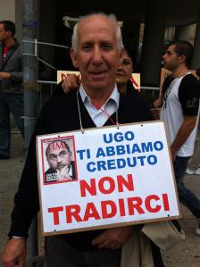 Cagliari, manifestante in favore dell'abusivismo edilizio