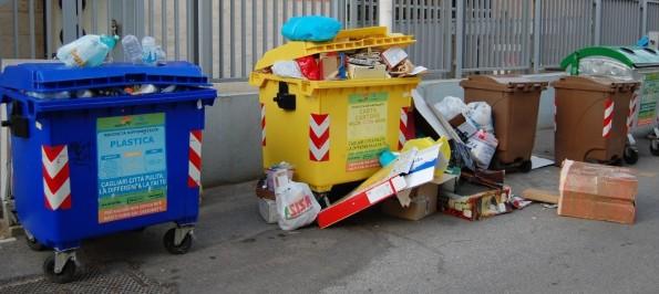 cassonetti stracolmi di rifiuti