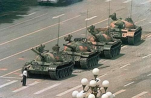 Pechino, Tien An Men, l'uomo solo davanti ai carri armati (1989)