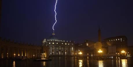 un fulmine colpisce la cupola di San Pietro durante un temporale, nel giorno dell'annuncio delle dimissioni di Benedetto XVI, Città del Vaticano, 11 febbraio 2013 (foto A.N.S.A./Alessandro Di Meo)