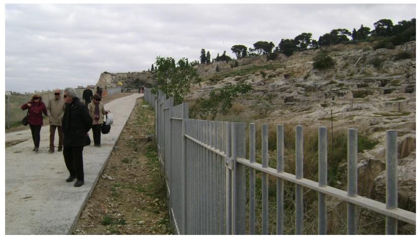 Cagliari, Tuvixeddu, strada il cls nel parco archeologico