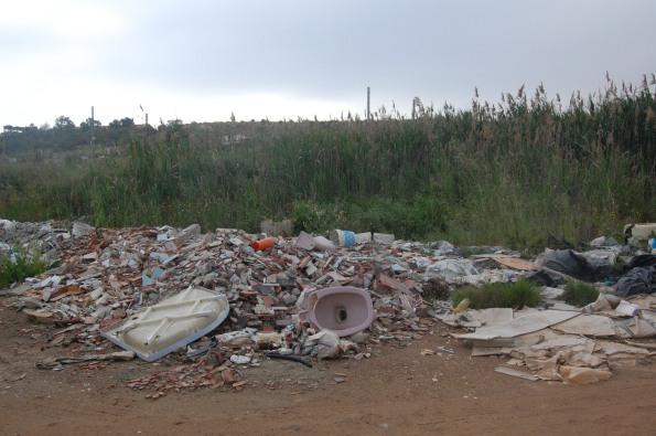 Cagliari, Santa Gilla, presenza di scarichi incontrollati  di materiali vari.