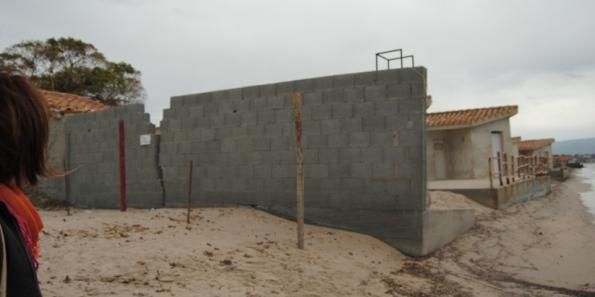 Quartu S. Elena, Poetto, recinzione in muratura sulla spiaggia
