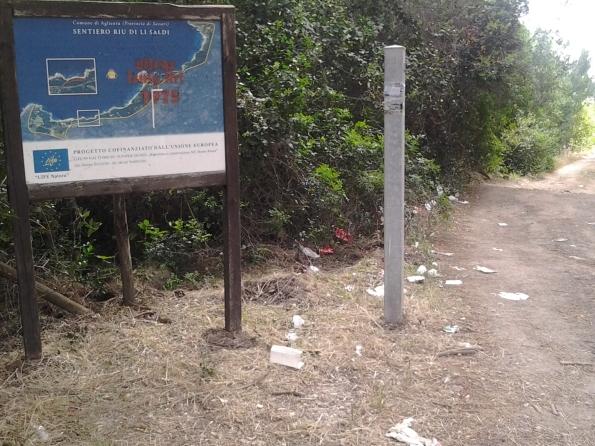 Aglientu, accesso alla spiaggia di Rio li Saldi, rifiuti sparsi
