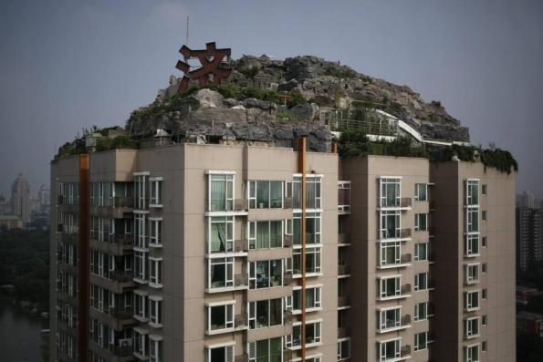 Pechino, villa abusiva sul tetto di un grattacielo