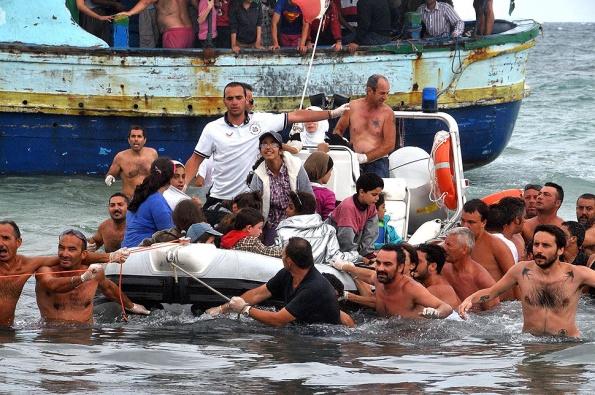 Pachino, la catena umana di bagnanti per aiutare i migranti, 15 agosto 2013 (foto dal Los Angeles Times)