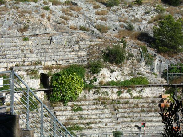 Cagliari, Anfiteatro romano, piante infestanti