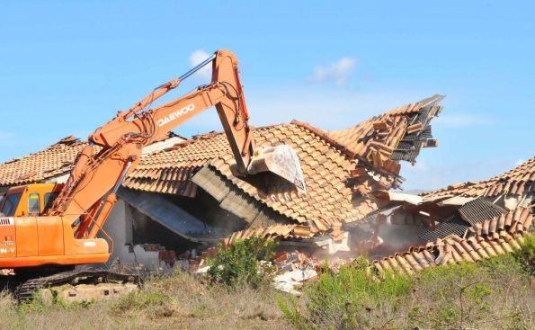 S. Anna Arresi, Porto Pino, Corrumanciu, demolizione del complesso abusivo (foto Angelo Cucca - L'Unione Sarda)
