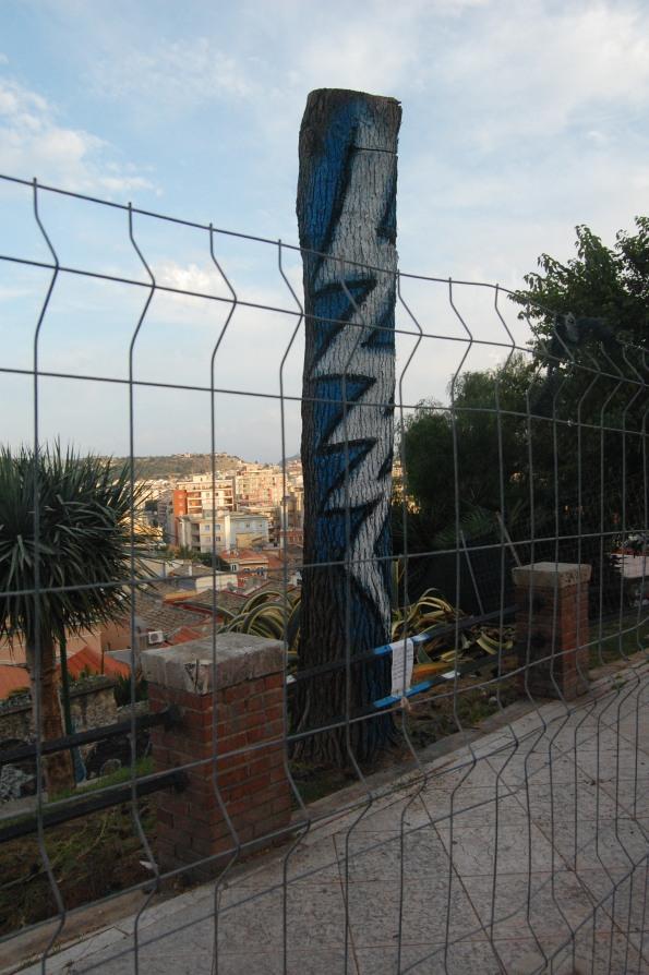 Cagliari, Terrapieno, albero capitozzato e vandalizzato (ott. 2013)