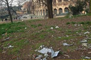 Roma, Colosseo, rifiuti