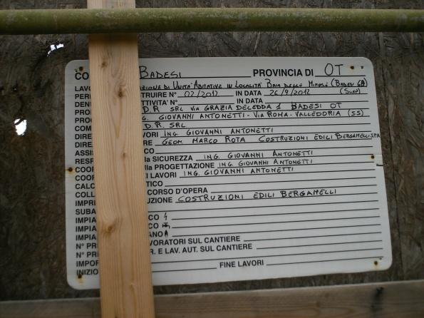 """Badesi, cantiere edilizio a ridosso delle dune, cartello """"inizio lavori"""""""