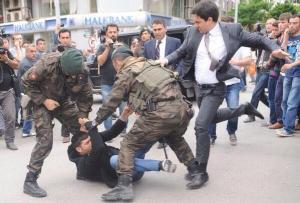 Turchia, Soma, consigliere del premier Erdogan prende a calci un manifestante