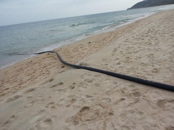 S. Margherita di Pula, spiaggia, tubo in mare