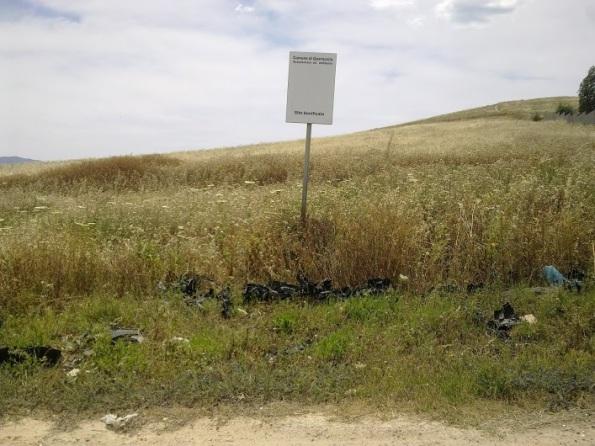 Quartucciu, discarica abusiva presso S.P. n. 94 e Lago Simbirizzi. Cartello relativo ad avvenuta bonifica (invano)