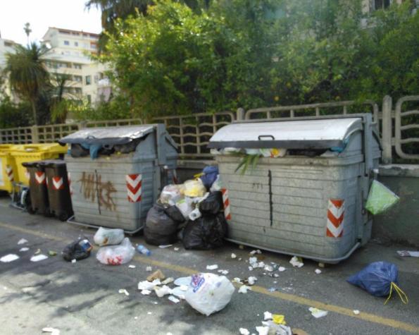Cagliari, cassonetti dei rifiuti stracolmi