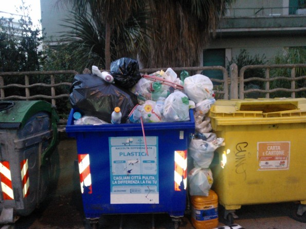 cassonetti dei rifiuti stracolmi