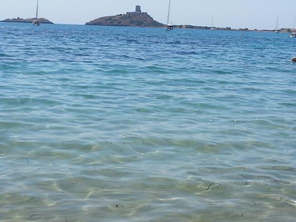 """Pula, spiaggia di Nora, """"schiuma"""" di ignota natura e barche sullo sfondo (28 luglio 2014)"""