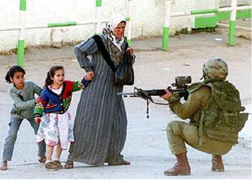 soldato israeliano, donna e bambini palestinesi a un posto di blocco