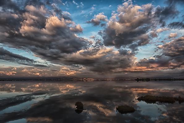 Stagno e nuvole