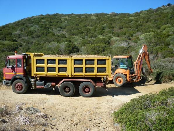 Villasimius, Capo Carbonara, mezzi meccanici al lavoro sulla strada verso Cava Usai