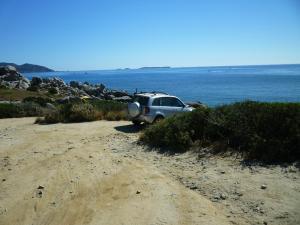 Villasimius, Cava Usai, SUV parcheggiato sul mare