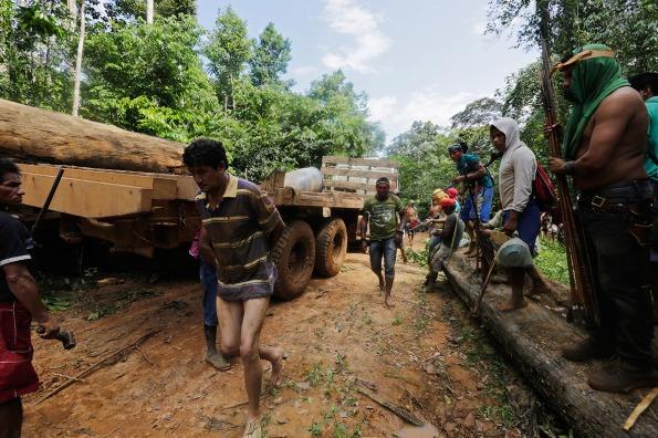 Amazzonia, guerrieri Ka'apor assalgono tagliatori abusivi di legname (foto Lunae Parracho/Reuters)