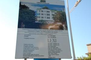 """Cagliari, Colle di Bonaria, cartello """"inizio lavori"""" del cantiere edilizio bloccato per reperimento testimonianze archeologiche"""