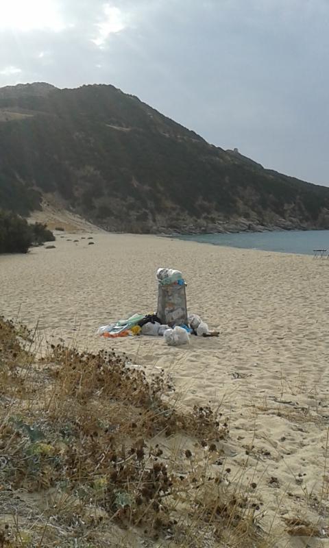 Sìnnai, spiaggia di Solànas,  rifiuti (11 ottobre 2014)