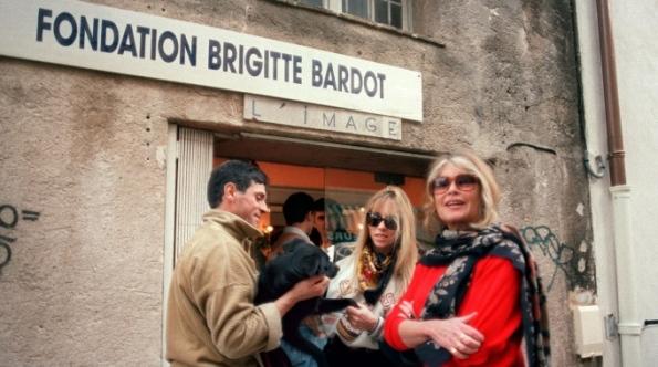 Parigi, Brigitte Bardot davanti alla sede della sua Fondazione