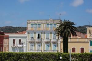 Carloforte, edificio storico sul lungomare