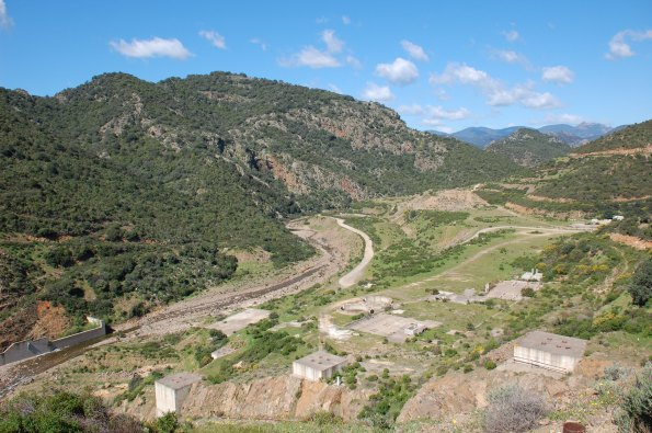 cantiere dimesso della diga di Monte Nieddu-Is Canargius e vallata interessata dall'invaso