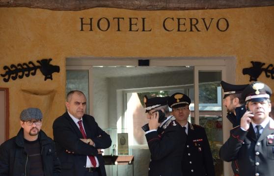 Arzachena, Costa Smeralda, il procuratore Fiordalisi e Carabinieri all'ingresso dell'Hotel Cervo (29 maggio 2015, foto La Nuova Sardegna)